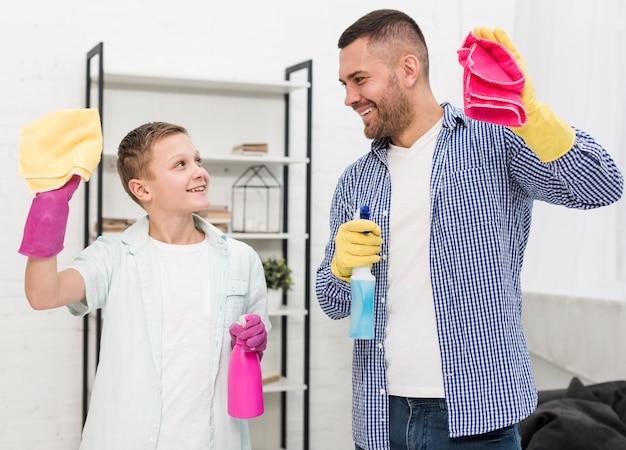 幸せな父と息子は家の掃除を楽しんで