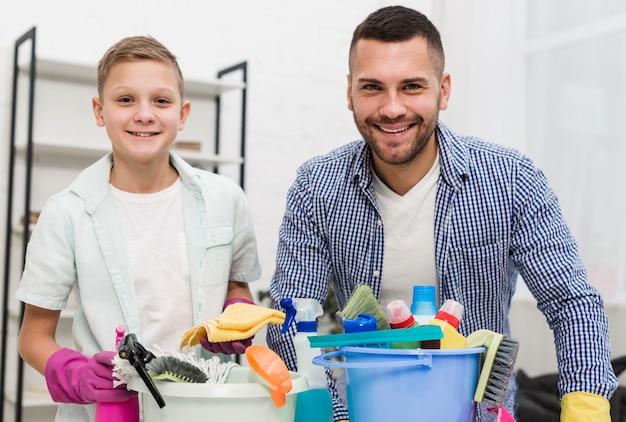 幸せな父と息子が掃除しながらポーズ