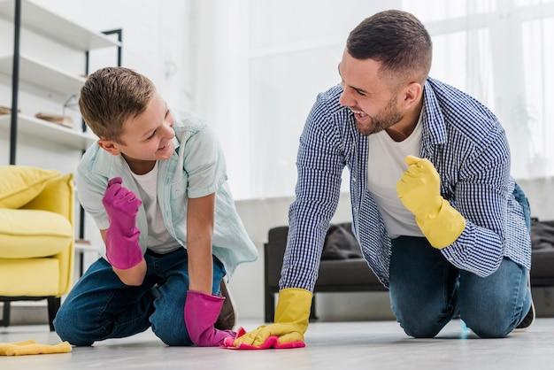 掃除しながら勝利を感じている男と少年
