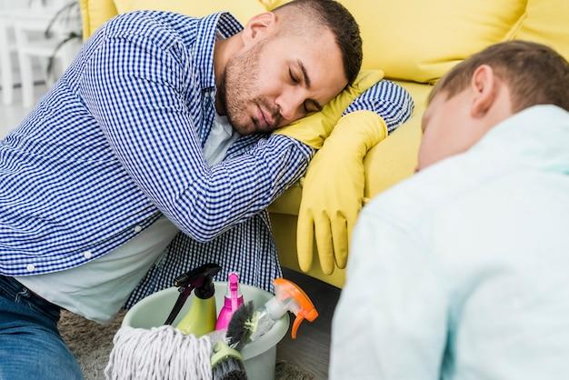 父と息子の掃除の後寝ています。