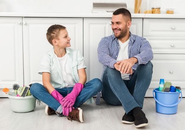 父と息子の家の掃除中にポーズ