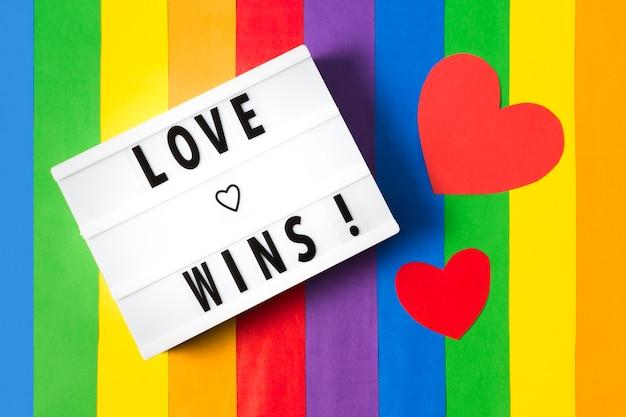 Любовь побеждает на фоне радуги