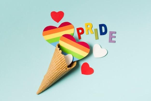 Конус мороженого с сердечками в цветах радуги
