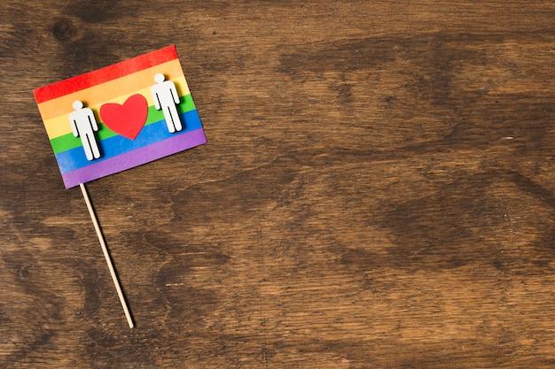 同性愛者のカップルと虹色の旗