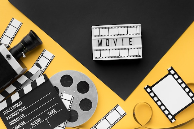 黄色の背景に映画オブジェクトの配置