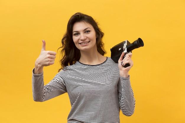Женщина удерживания камеры ретро