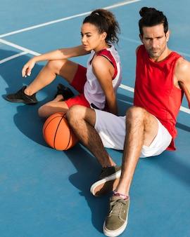 女の子と男の子のバスケットボールの正面図