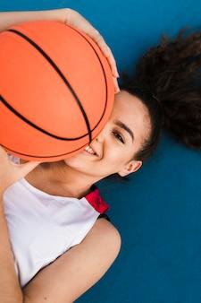 バスケットボールを保持している女の子の正面図