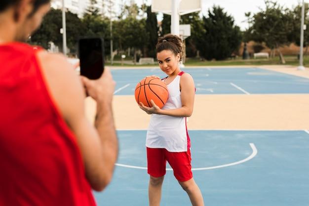 バスケボールでポーズの女の子の正面図