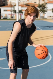 Вид спереди мальчика, играющего в баскетбол