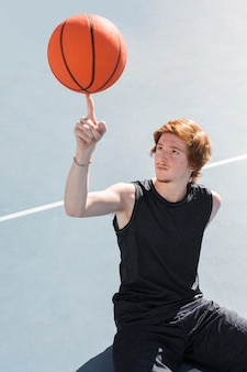 バスケットボールを持つ少年の高角
