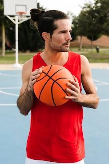 バスケットボールを持つ少年の正面図
