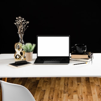 木製のテーブルの上のノートパソコンの正面図