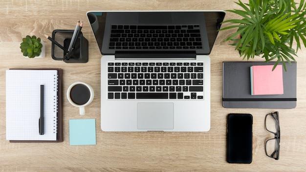 ノートパソコンとデスクコンセプトのフラットレイアウト