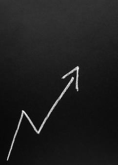 黒板に成長している白い矢印