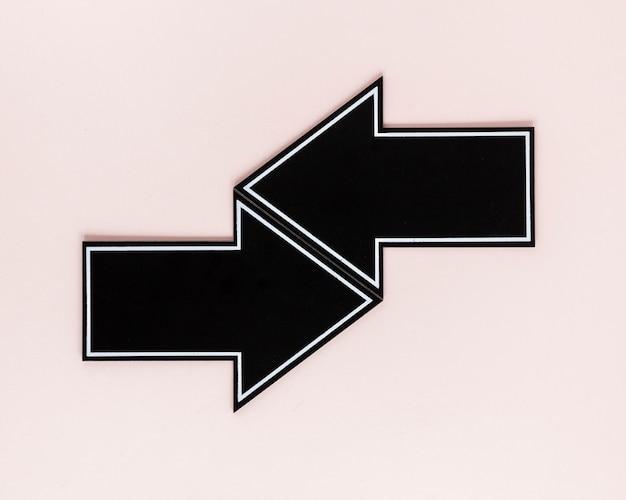 ピンクの背景にフラットレイアウト黒矢印