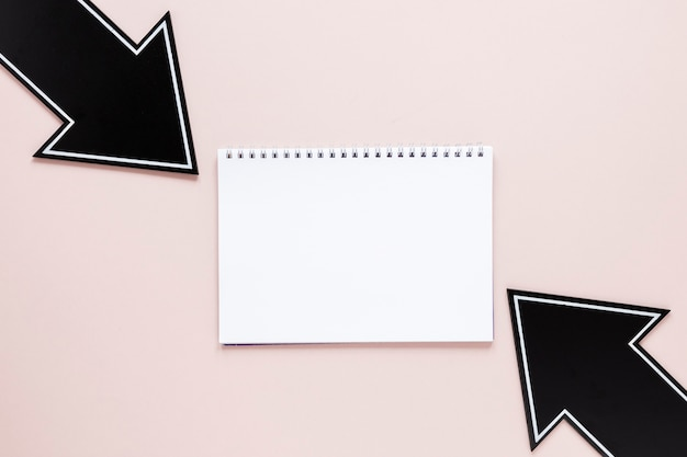 ノートブックモックアップとフラットレイ黒矢印