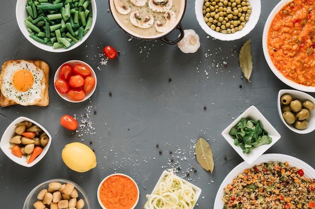 Вид сверху блюд с помидорами черри и оливками