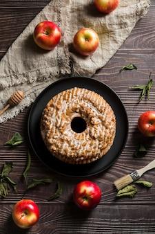Вид сверху вкусного домашнего пирога на столе