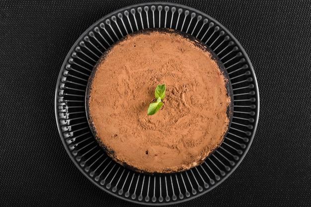 Вид сверху вкусного шоколадного торта на столе
