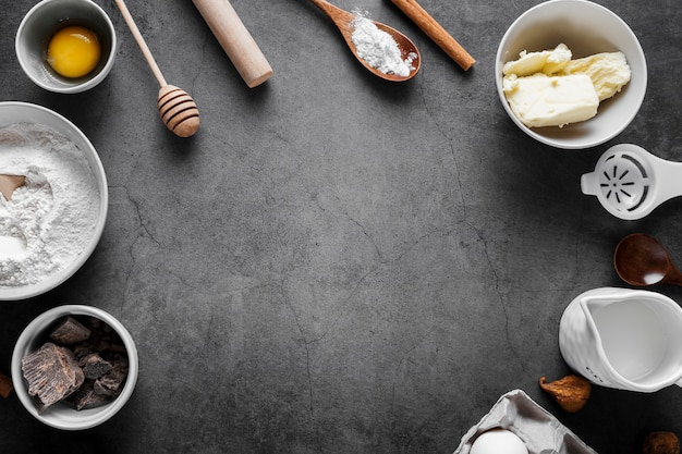 Вид сверху муки с инструментами для выпечки на столе