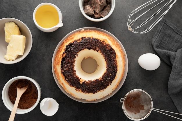 Вид сверху вкусного торта ручной работы на тарелке