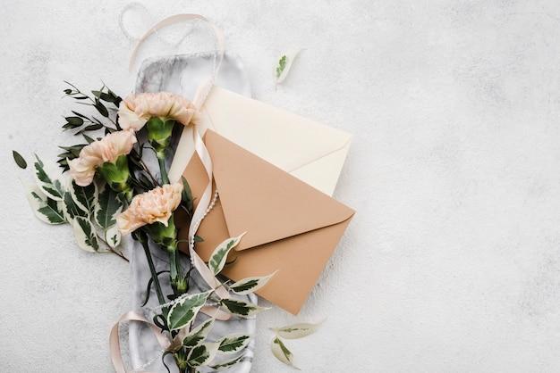 Вид сверху на свадебные цветы с конвертами