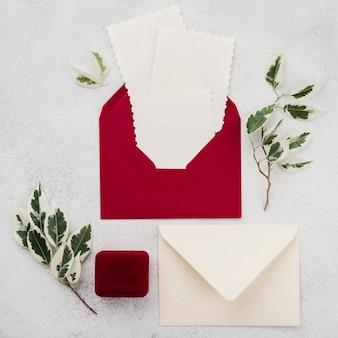 テーブルの上のトップビュー結婚式招待状封筒