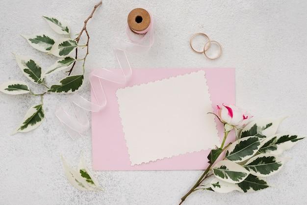 花と結婚式の招待状の封筒