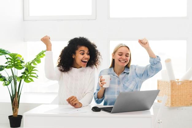 成功を喜ぶ女性