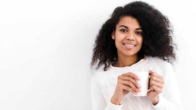Портрет красивой взрослой женщины улыбаются