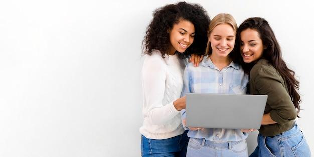 ラップトップを閲覧してビジネス女性のグループ