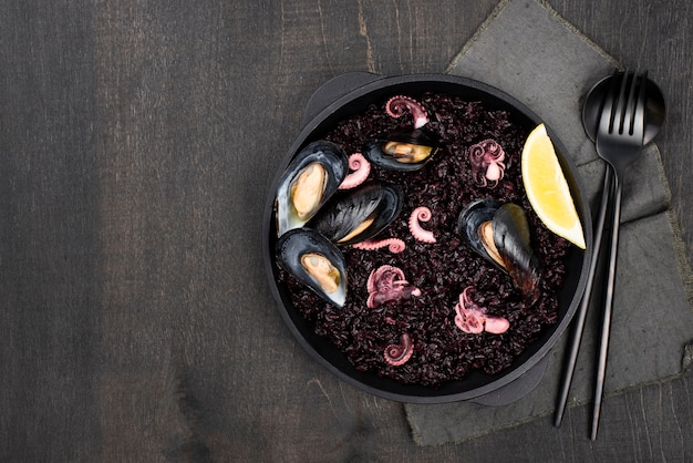 Плоская тарелка с макаронами и мидиями