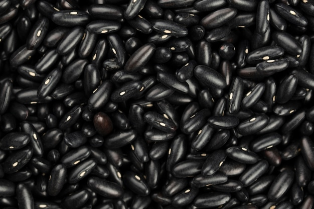 Вид сверху черные блестящие бобы