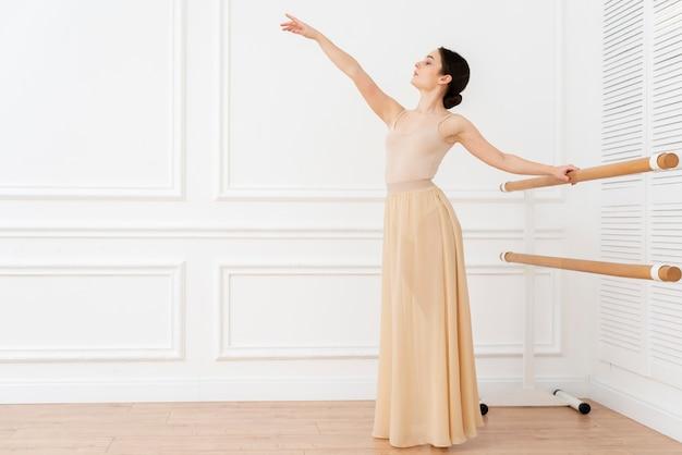 Красивая женщина исполняет танец с грацией