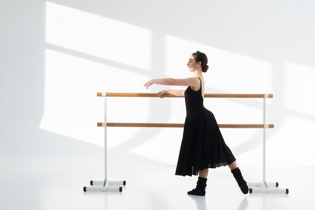 優雅に踊る美しい若い女性