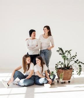 白いシャツの女性の団結グループ