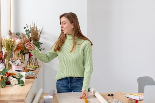 彼女の花屋の女性ミディアムショット