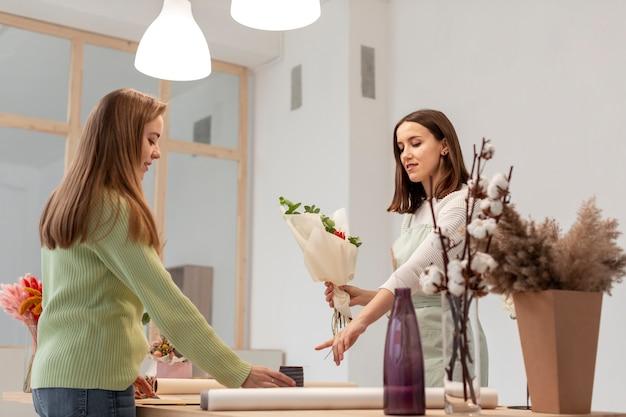 花束の長いビューを作るビジネス女性