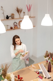 Высокий вид деловой женщины, работающие в своем собственном магазине