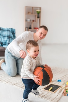 自宅で笑顔の赤ちゃんと父