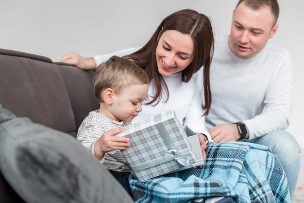 赤ちゃんと一緒にソファで幸せな親