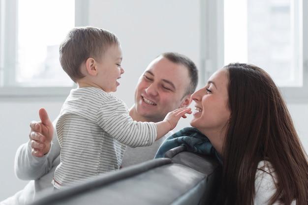 自宅で子供と幸せな親