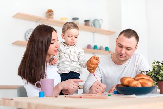 台所のテーブルで子供を持つ親