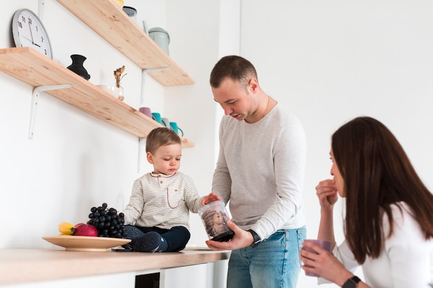 台所で両親と赤ちゃん
