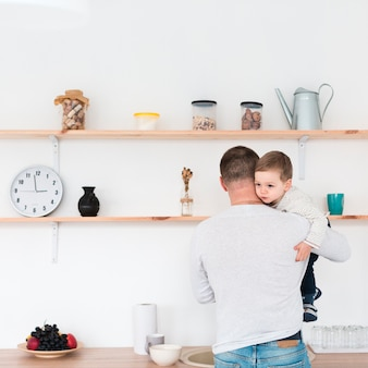 台所で父持株子の背面図