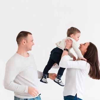 母と父の子供とコピースペース