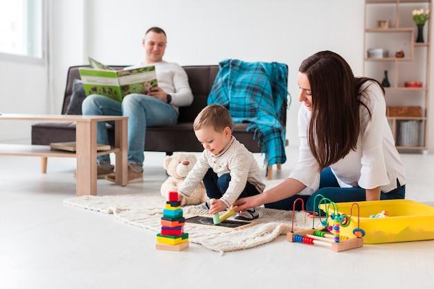 自宅の居間で家族