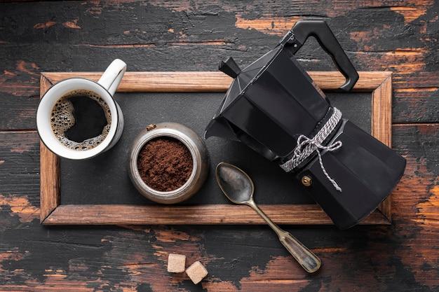 Вид сверху свежая кофейная чашка на столе