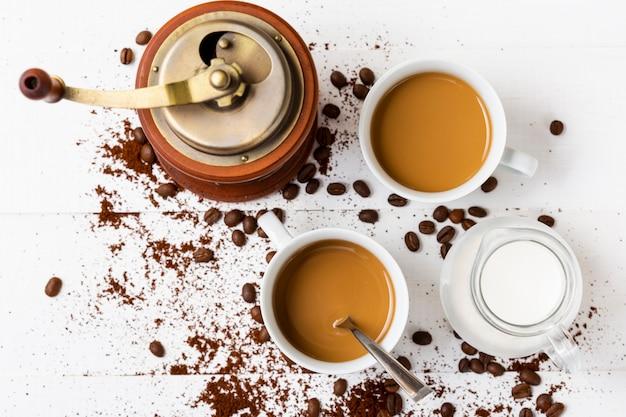 Вид сверху свежие кофейные чашки с молоком